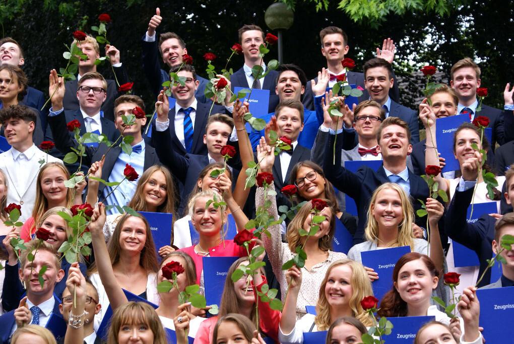 Strahlende 123 Abiturientinnen und Abiturienten. Weitere Fotos finden Sie hier.