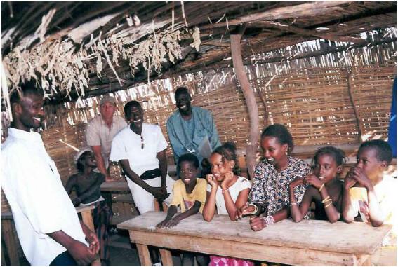 Die Schule 2002: Ein Raum, bestehend aus einigen Holzpfosten und Palmenzweigen.