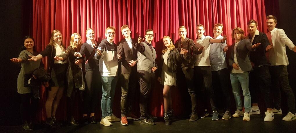Wenn altes Theater auf moderne Inszenierung trifft – Die Dreigroschenoper im Theater Krefeld