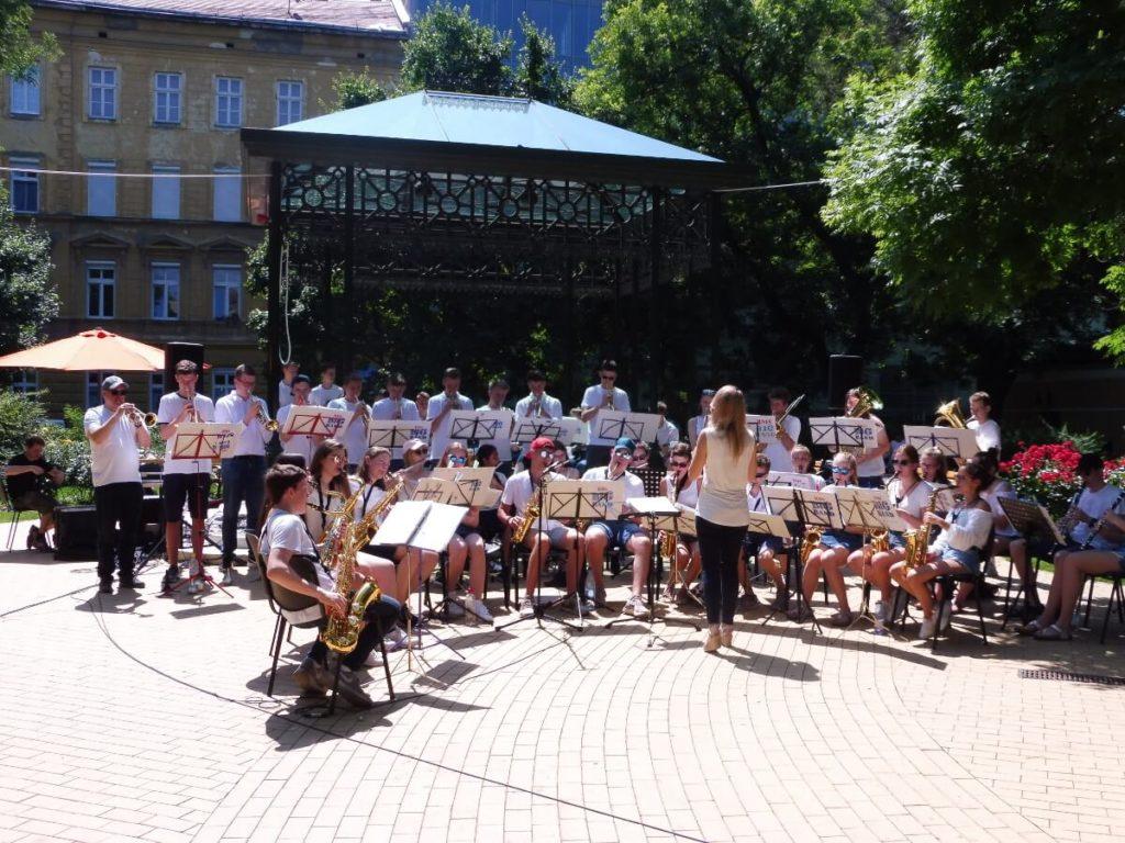 Die Big Band der Bischöflichen Marienschule, hier bei einem Auftritt auf dem Hunyadi tér in Budapest (Ungarn).