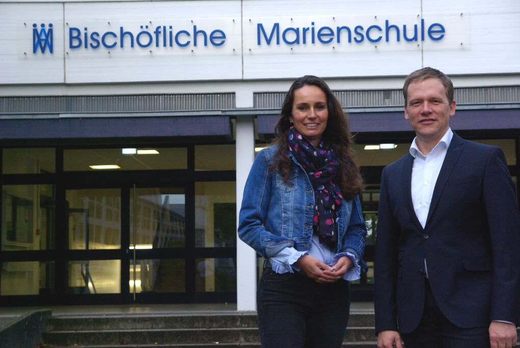 Die Schulleiterin Birgit Janßen und der stellvertretende Schulleiter Holger Witting vor dem Haupteingang der Marienschule.